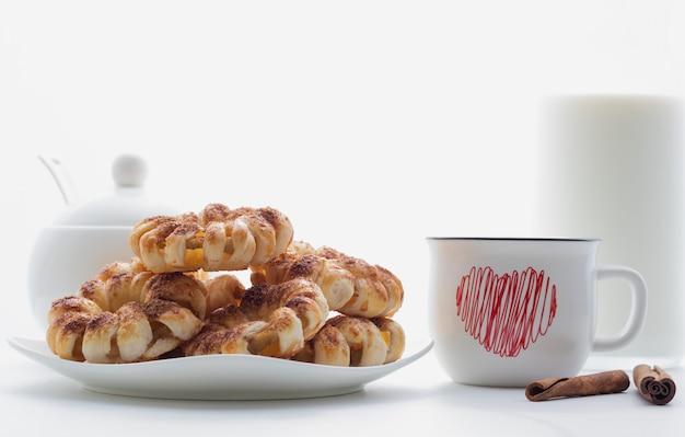 Deliziosi biscotti fatti in casa al forno con cannella in polvere. vista ravvicinata. composizione della colazione. dessert di san valentino.