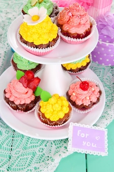 Deliziosi bellissimi cupcakes sul primo piano del tavolo festivo