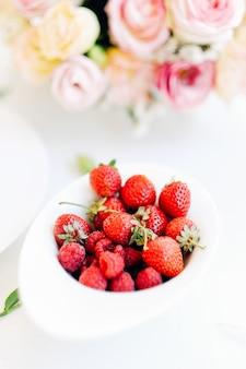 Deliziosi frutti di bosco mix piatto concetto di umore estivo. cibo organico. corretto stile di vita nutrizionale.