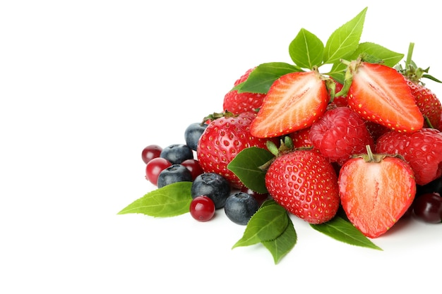 Delizioso mix di frutti di bosco isolato su sfondo bianco
