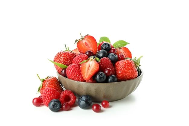 Delizioso mix di frutti di bosco isolato su bianco
