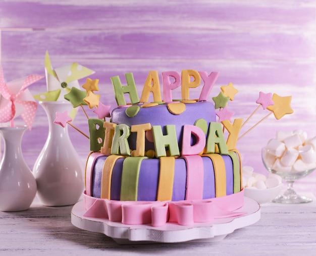 Deliziosa torta di compleanno sul tavolo su sfondo di legno