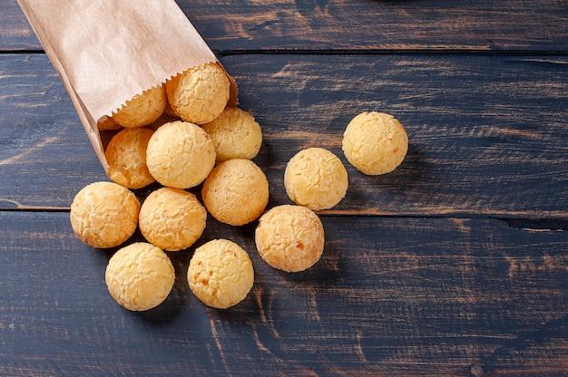Delizioso pane al formaggio brasiliano che esce da un sacchetto di carta