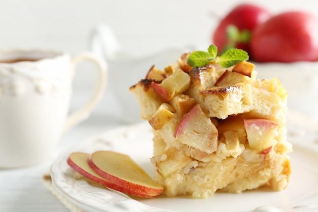 Budino di pane delizioso con mela sul piatto