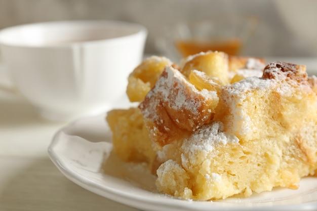 Budino di pane delizioso con zucchero a velo sul piatto