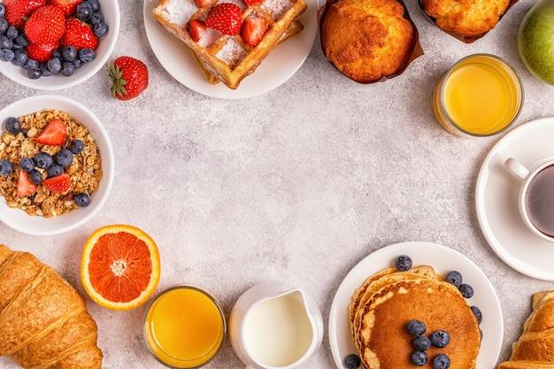Deliziosa colazione su un tavolo luminoso.