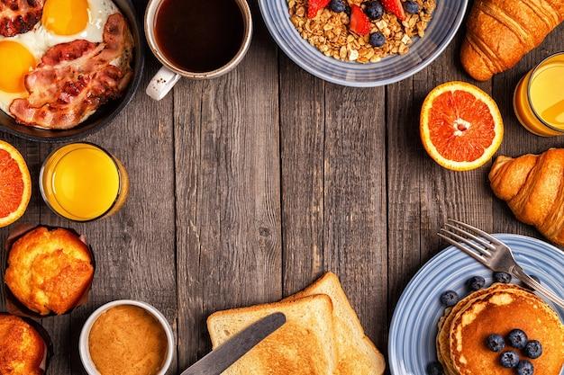 Deliziosa colazione su un tavolo rustico. vista dall'alto, copia dello spazio.