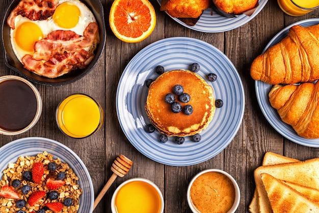 Deliziosa colazione su un tavolo rustico vista dall'alto copia spazio