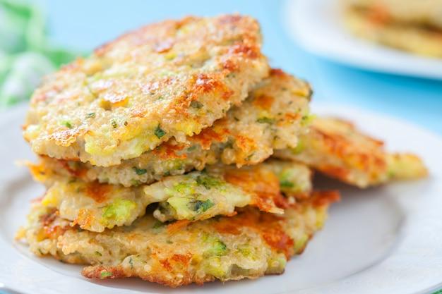 Deliziose frittelle di formaggio cheddar broccoli con quinoa