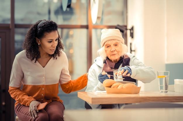 Panino delizioso. povera donna affamata che prende un panino mentre vuole mangiare il suo pranzo