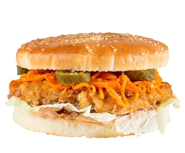 Hamburger delizioso isolato su una superficie bianca.