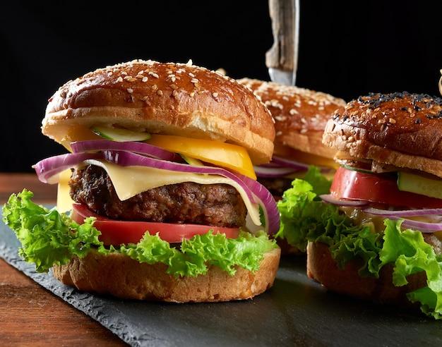 Deliziosi hamburger con cotoletta di manzo fritta