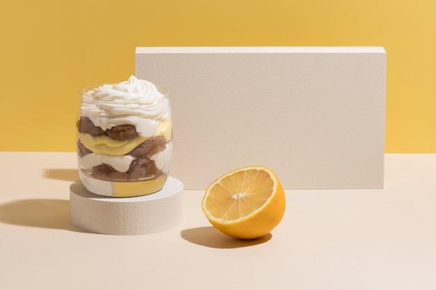 Deliziosa torta in una composizione di vetro