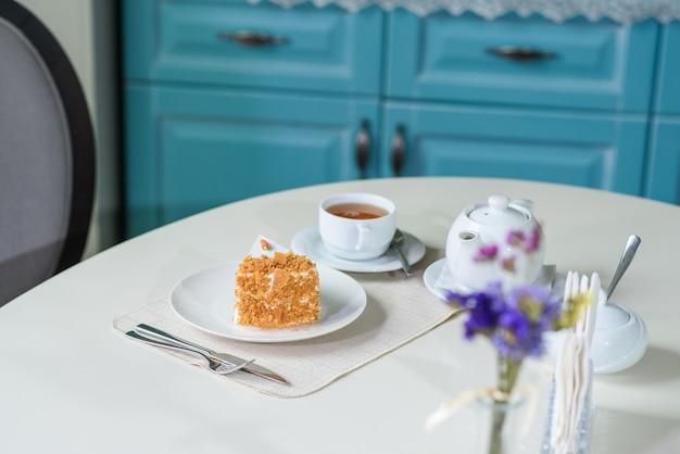 Deliziosa torta di carote e una tazza di tè nero sul tavolo in un'accogliente caffetteria