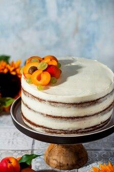 Deliziosa torta di carote con noci e albicocche