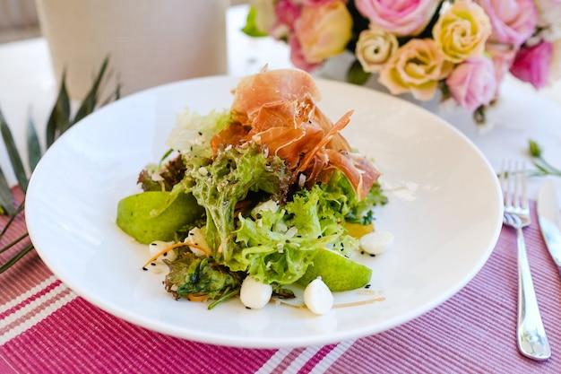 Concetto di colazione deliziosa insalata celebrativa. cibo del ristorante. atmosfera festosa
