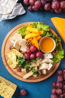 Delizioso tagliere di formaggi. vista dall'alto