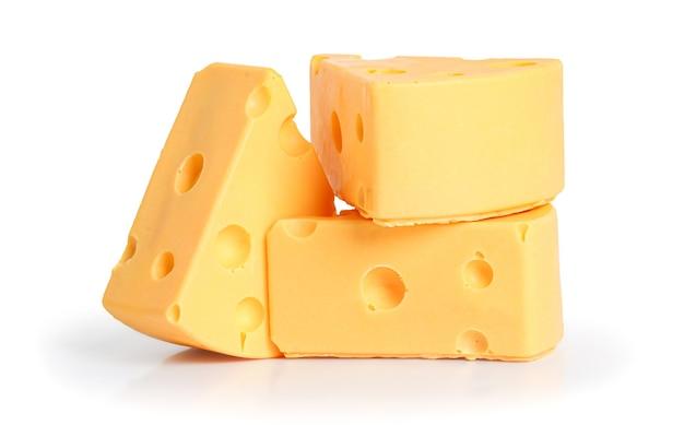 Pezzi di formaggio delizioso, isolati su bianco con il percorso di residuo della potatura meccanica.