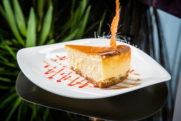 Deliziosa cheesecake con frutti di bosco sul tavolo da vicino