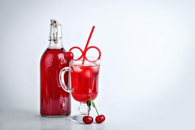 Delizioso succo di ciliegia e ciliegie mature.