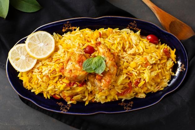 Pollo delizioso con riso cucinato nello stile indiano