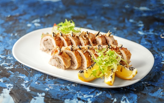Il pollo delizioso con salsa rotola su una priorità bassa blu. il con