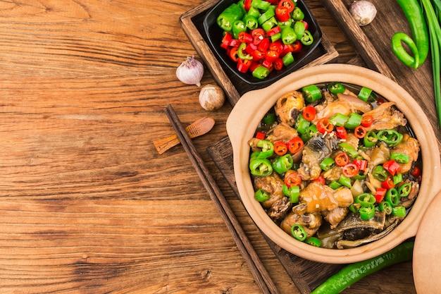 Deliziosa cucina cinese, morbida tartaruga in umido con pollo in pentola