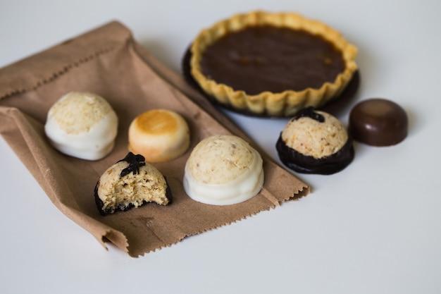Deliziose caramelle di cioccolato su bianco