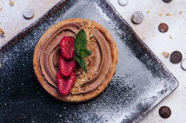Deliziosa crostata al cioccolato con lamponi