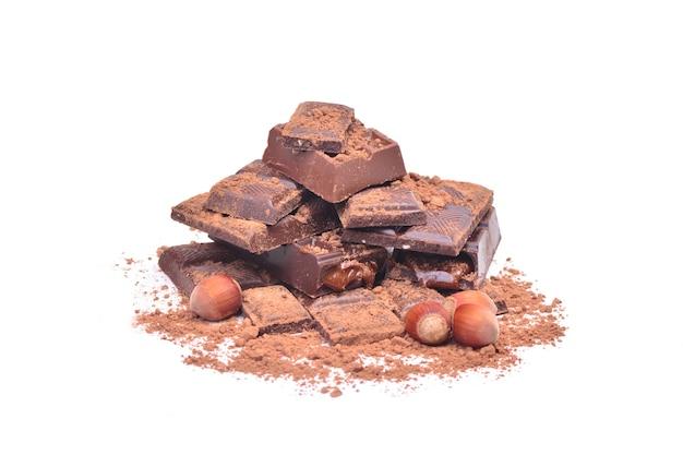 Delizioso cioccolato su sfondo bianco Foto Premium