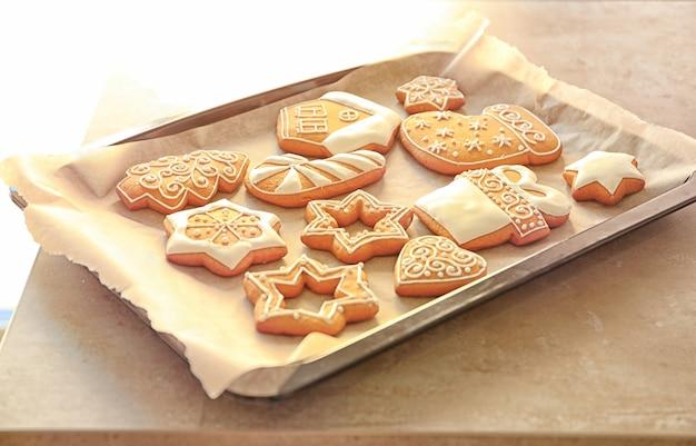 Deliziosi biscotti di natale su teglia