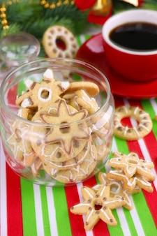 Deliziosi biscotti di natale in barattolo sul primo piano del tavolo