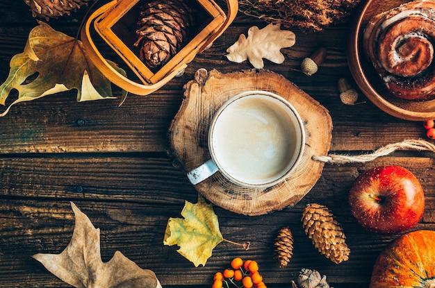 Delizioso caffè con panino al cioccolato su fondo in legno
