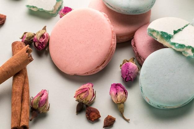 Deliziosi biscotti colorati amaretti con fiori di rosa.
