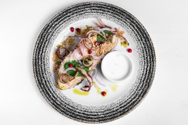 Delizioso pesce cotto e frutti di mare vista dall'alto