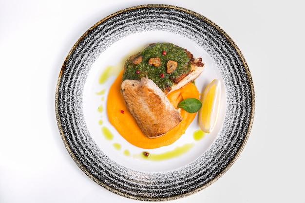 Delizioso pesce cotto con salsa