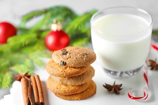 Deliziosi biscotti e bicchiere con latte sul tavolo