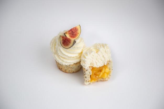Deliziosi dessert cremosi con frutta su sfondo bianco