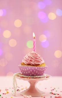 Delizioso cupcake sul tavolo su sfondo luminoso