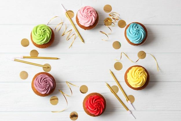 Cupcake delizioso con una candela su uno sfondo colorato con spazio per inserire il testo. sfondo festivo, compleanno. foto di alta qualità