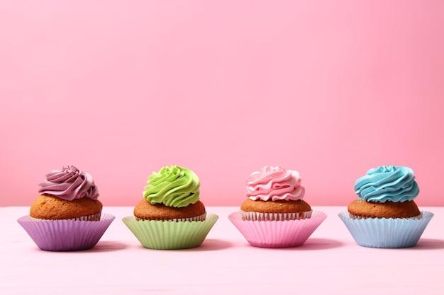 Delizioso cupcake con una candela su uno sfondo colorato con spazio per il testo