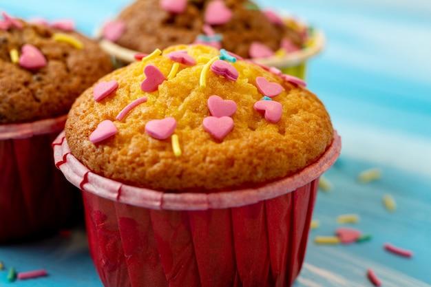 Delizioso cupcake con dolci a forma di cuore