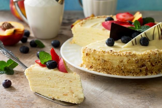 Deliziosa torta da dessert con frutti di bosco freschi e panna montata dolce deliziosa torta natalizia