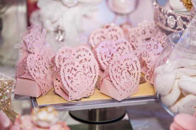 Dolci golosi al wedding candy bar nell'area buffet: i dolci in confezione tracery