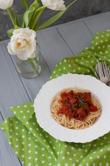 Cena deliziosa. piatto di spaghetti con ragù alla bolognese.