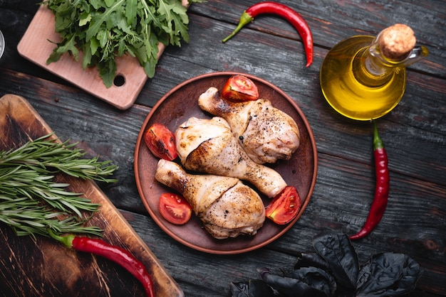 Deliziosa cena in tavola, cosce di pollo alla griglia, carne con crosta croccante