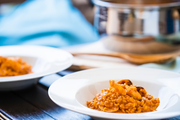 Delizioso piatto di riso dolce tipico su un ristorante