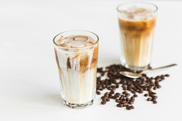 Concetto di bevanda deliziosa - caffè ghiacciato in un bicchiere con ghiaccio.