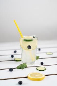 Deliziosa bevanda con limone e cetrioli