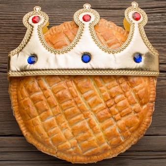 Delizioso dessert torta dell'epifania che indossa una corona